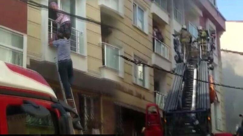 Esenyurt'ta 4 katlı binada bulunan bir dairede yangın çıktı
