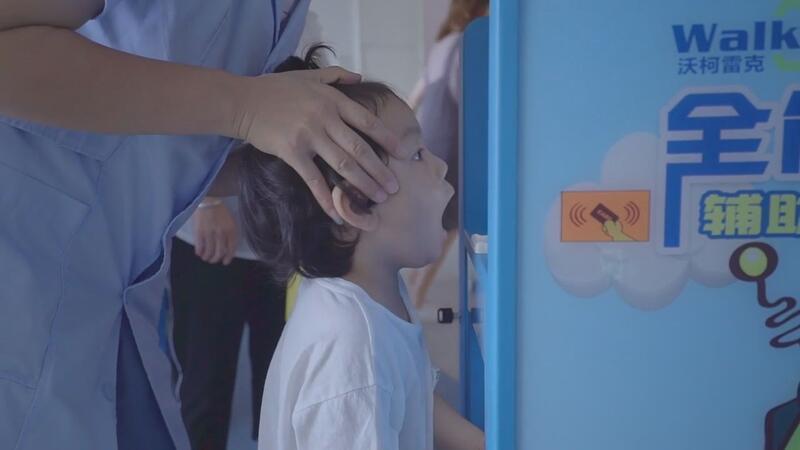 Robot doktor 'Robo Doc' çocuklara sağlık taraması yapıyor