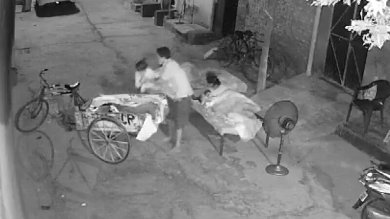 Hindistan'da ailesinin yanında uyuyan çocuğu kaçırmaya çalıştı