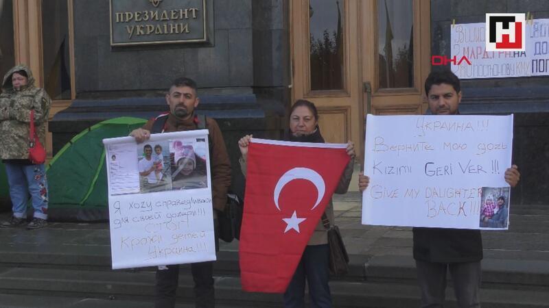 Ukrayna'da Türk babalardan, Başkanlık binası önünde protesto