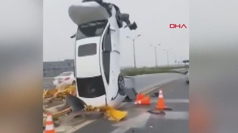 Çin'de akılalmaz kaza Refüje çarpan otomobil dik durdu