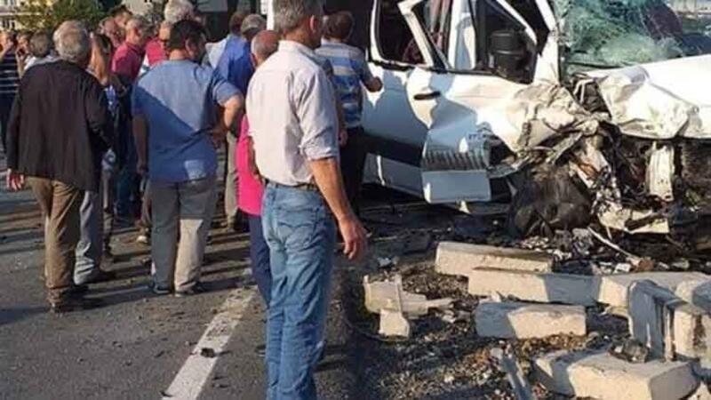 Trabzon'un Araklı ilçesinde öğrenci servisi ile iş makinesi çarpıştı