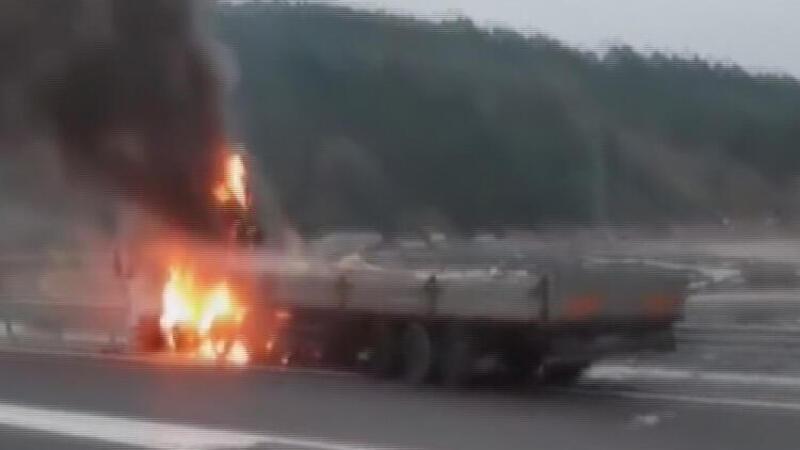 Kaza yapan TIR'lardan biri alev alev yandı