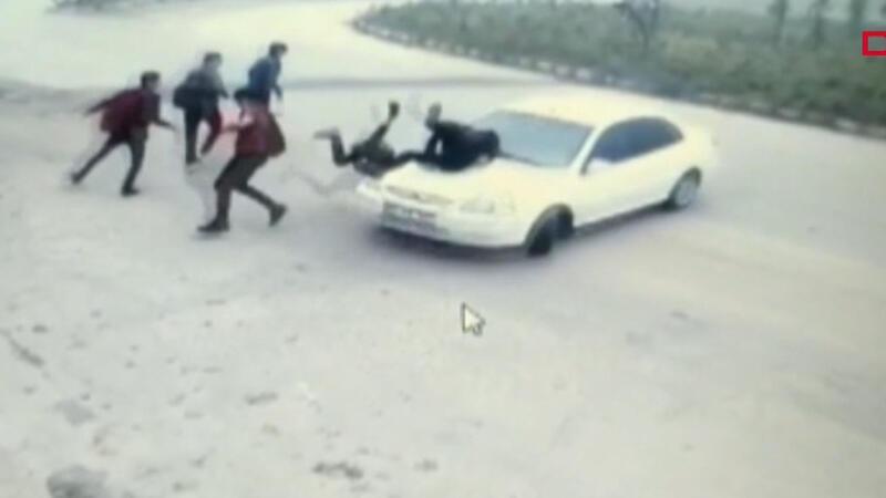 Otomobilin, öğrencilerin arasına daldığı kaza kamerada