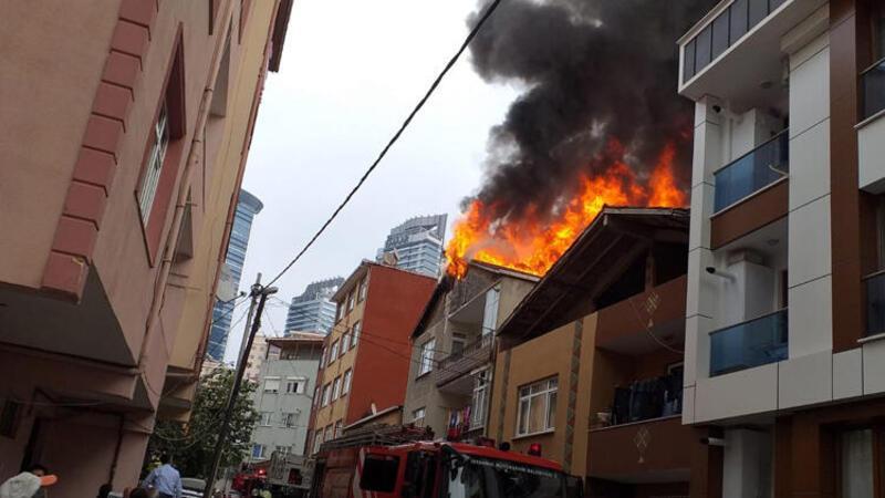 Üsküdar'da binanın çatısında korkutan yangın