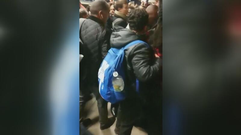 Londra'da yolcular çevrecileri dövdü