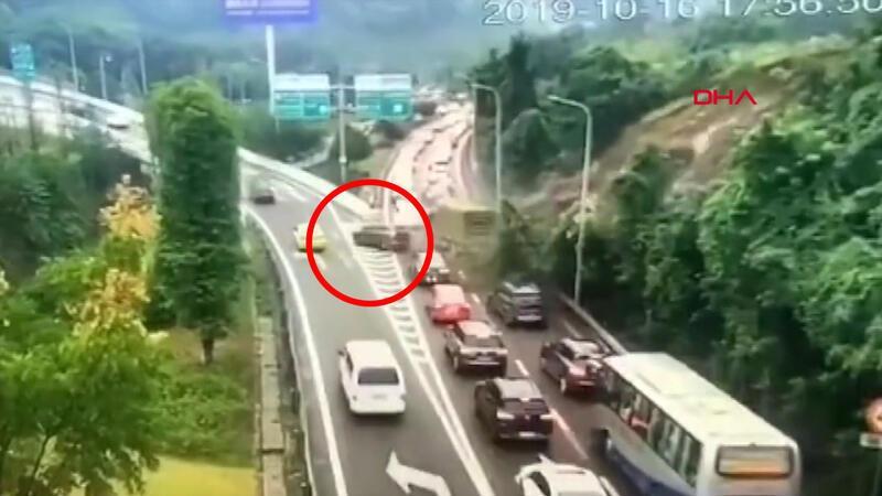 Çin'de toprak kayması: Sürücü son anda kaçtı