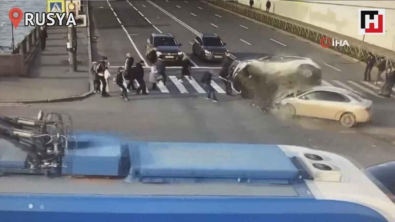 Rusya'da kaza yapan araçlar yayaları ezip geçti