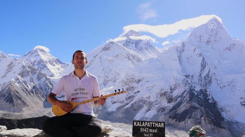 Turkish man plays traditional saz on Mount Everest, wants to introduce Turkish culture