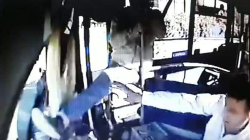 Hareket halindeki otobüsün şoförüne saldırdı
