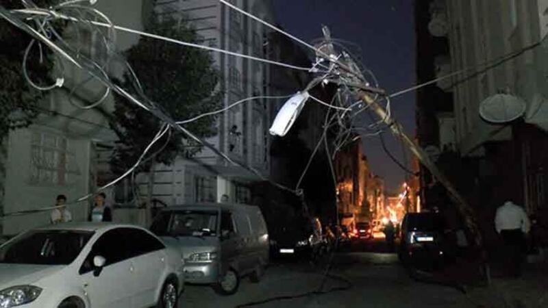 Bağcılar'da kamyonet elektrik direğini devirdi