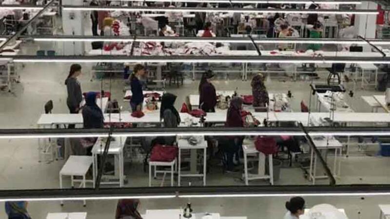 Fabrikada çalışan kadın işçiler saat 09:05'te Atatürk'ü böyle andı
