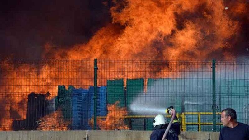 Antalya'da plastik kasa yangını paniği