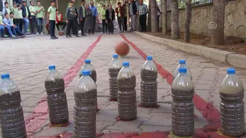 Öğrenciler okul bahçesine bowling sahası yaptı