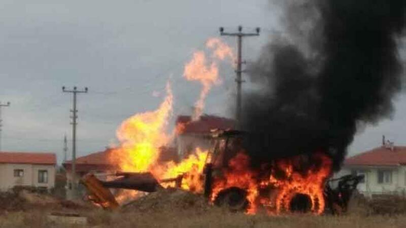 Doğalgaz borusu patladı, iş makinesi alev alev yandı
