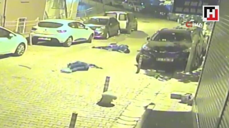 Park halindeki otomobile çarpan motosikletliler havada taklalar attı