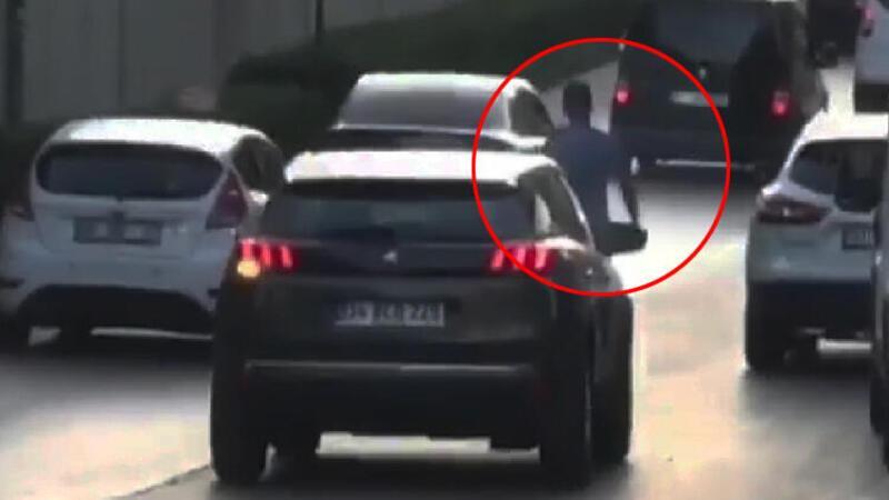 Akan trafikte tehlikeye aldırmadan yürüdü