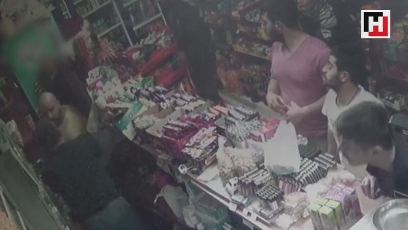 Sultangazi'de markete sığınan kişiye feci şekilde dayak