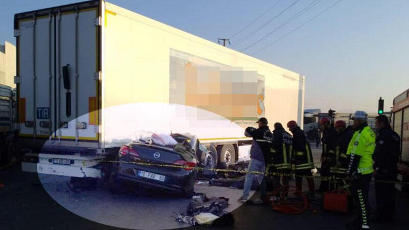 Otomobil, TIR'ın altına girdi
