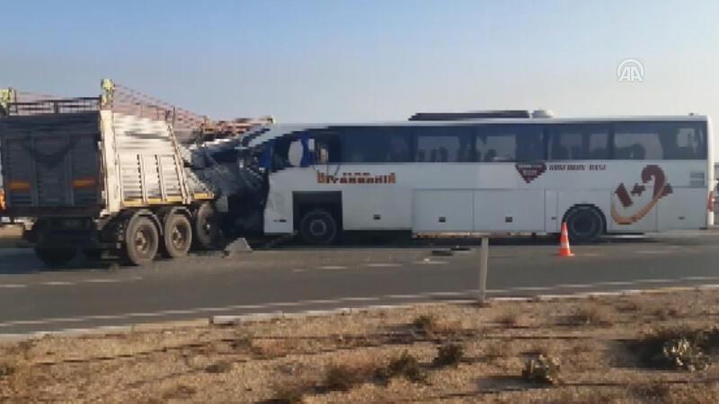 Yolcu otobüsüyle tır çarpıştı
