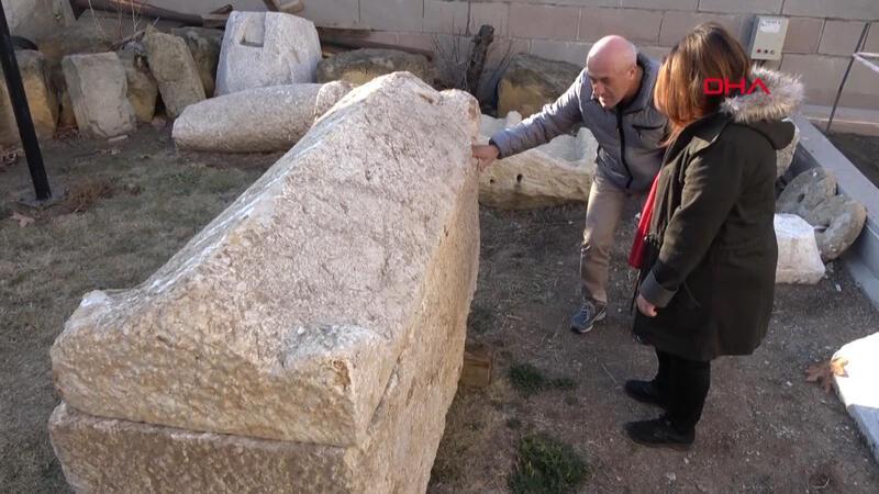 Yol çalışması sırasında 2 bin yıllık lahit bulundu