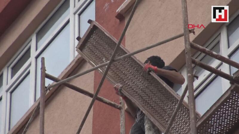 Avcılar'da 4 katlı binanın iskelesinde tehlikeli çalışma