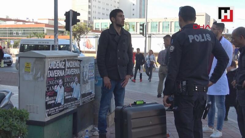 İranlı turist, kaldırımda cansız manken gibi bekledi