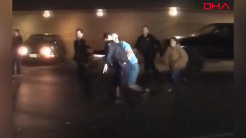 Gürültü ihbarına giden polis, gençlere katılıp basketbol oynadı
