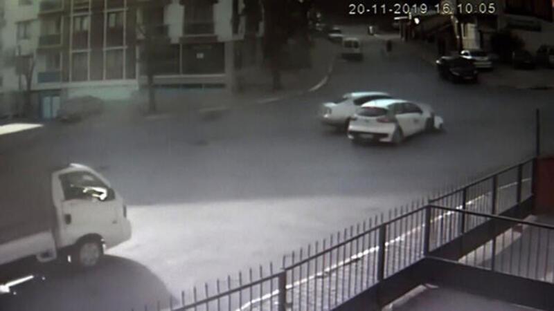 Kavşaktan hızlı geçen araç otomobile böyle çarptı