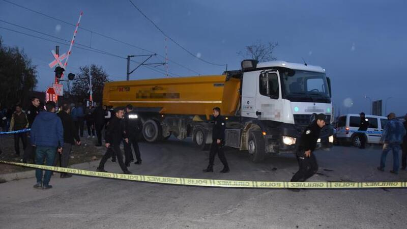 Kazada yaralanan kadının yakınları kamyonu taşladı