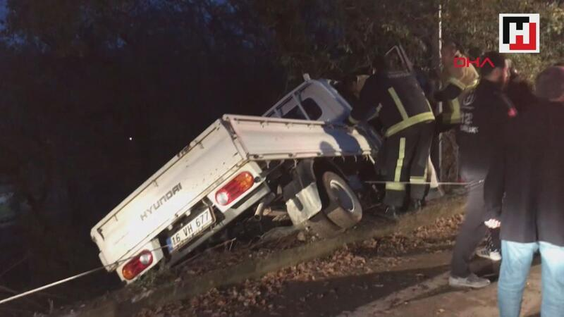 Kontrolden çıkan kamyonet askıda kaldı, 2 yaralı