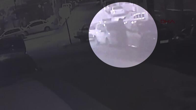 Park halindeki otomobile zarar verdi, kamera görüntüledi