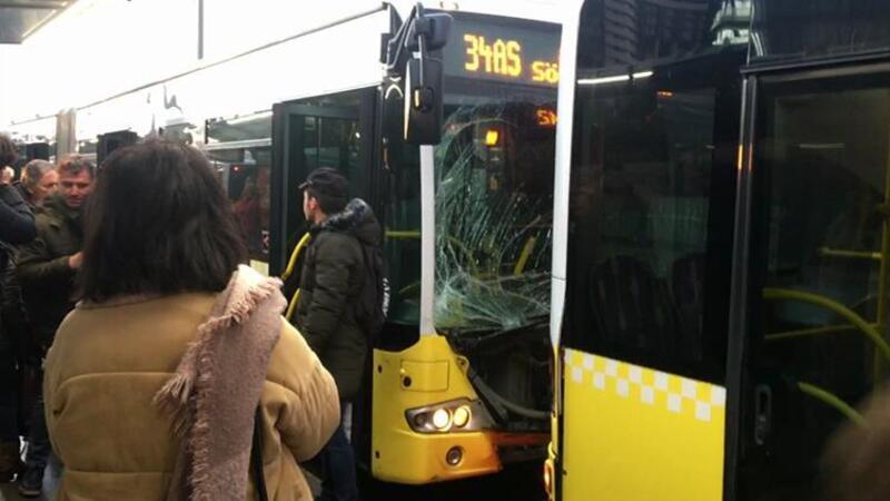 Fikirtepe metrobüs durağında iki metrobüs birbirine girdi
