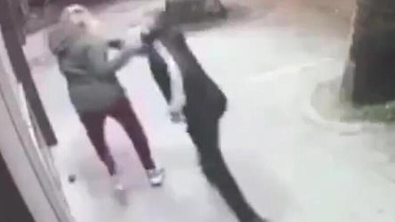 Genç kız, sokak ortasında dövüldü