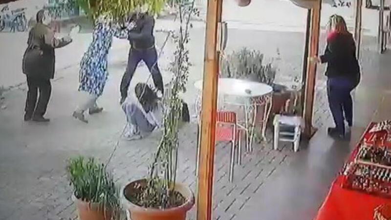 Kızlarını dövmekle suçladığı kız öğrencileri böyle kovaladı