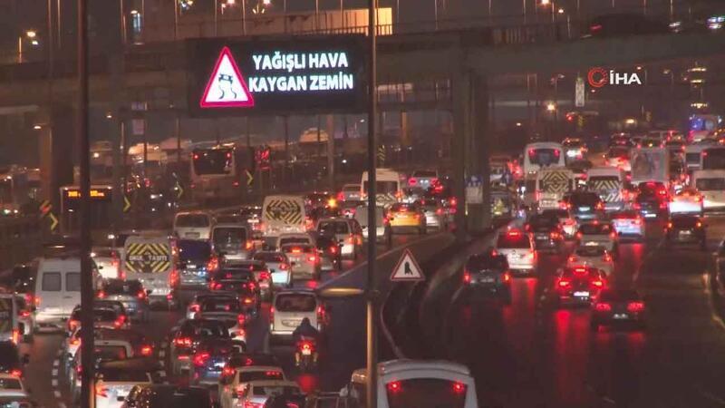 İstanbul'da yağış trafiği olumsuz etkiledi