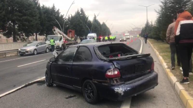 Otomobil durakta bekleyen yolculara çarptı