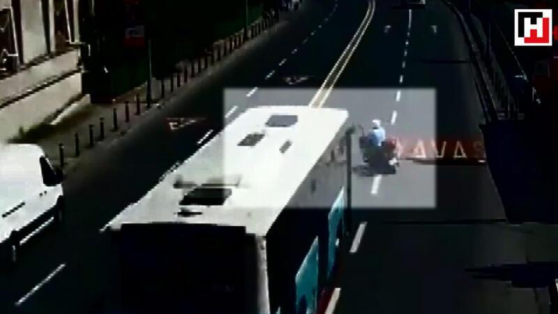 Beşiktaş'ta otobüsün çarptığı motosikletli metrelerce sürüklendi