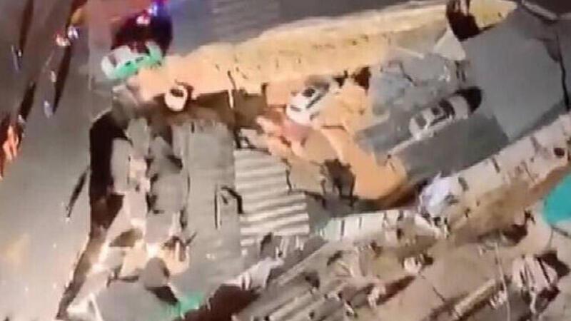 Çin'de yol çöktü, 3 otomobil çukura düştü