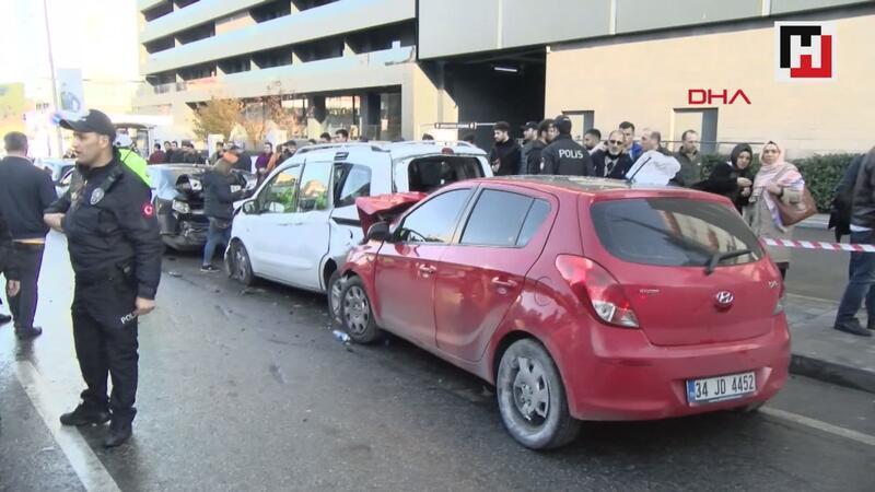 Ümraniye'de otomobil park halindeki araçlara daldı: 5 yaralı