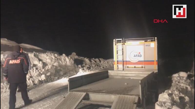Yavru ayılara yem bırakmaya giden ekip aracın paleti kırılınca karda mahsur kaldı