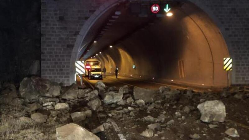 Dağdan kopan kayalar yolu kapattı, hasta ambulansta mahsur kaldı