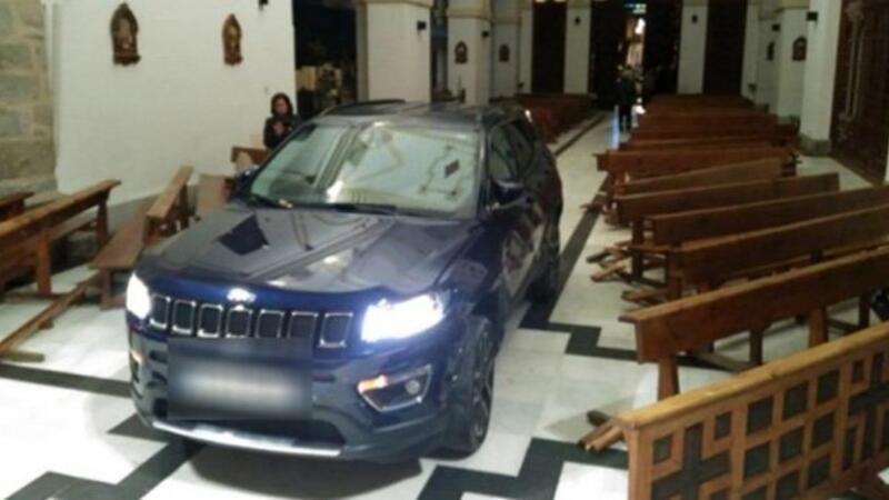 Otomobiliyle kiliseye daldı: Şeytandan kaçtım