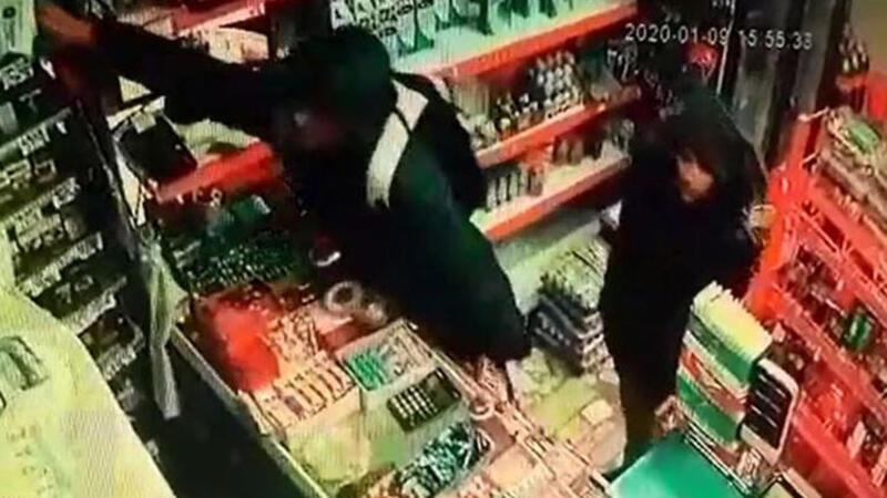 Sultangazi'de şapka ve sigara çalan şüpheliler kamerada