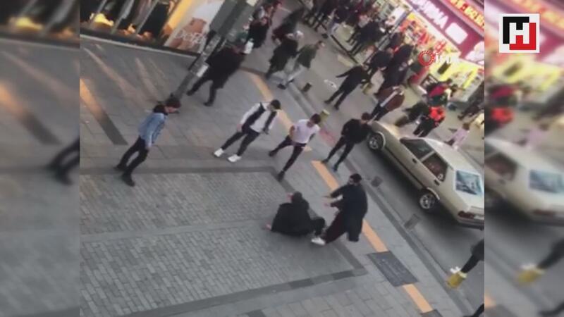 Pendik'te sokak ortasında tekmeli yumruklu kavga kamerada