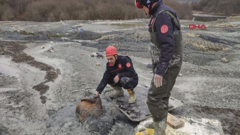 Polisten kaçarken çamura gömüldü