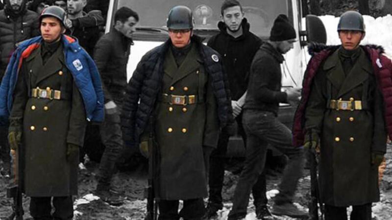 Üşümesinler diye montlarını askerlere giydirdiler