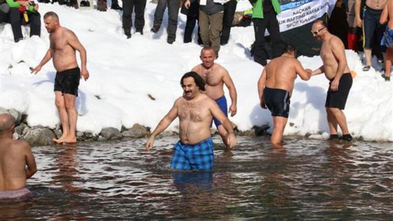 Kara ve soğuğa aldırmadan gölde yüzdüler