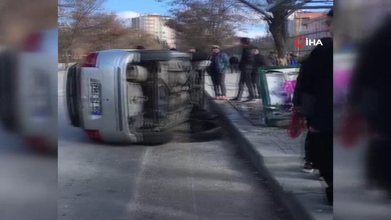 Kontrolden çıkan otomobil otobüs durağına daldı