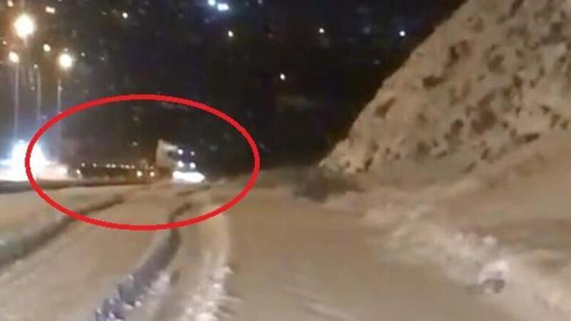 TIR'ın karlı yolda savrulma anı kamerada
